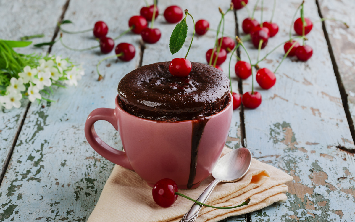 Mug cake de chocolate con cerezas