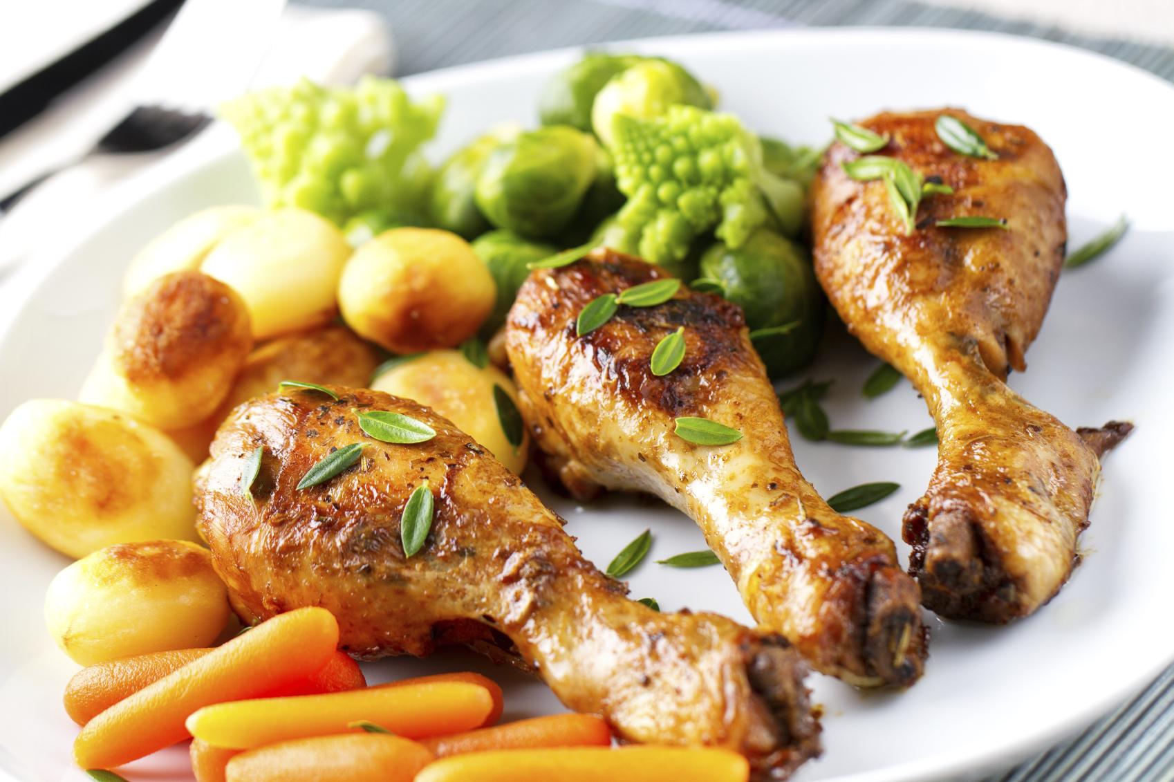 Muslos de pollo asados y brócoli gratinado