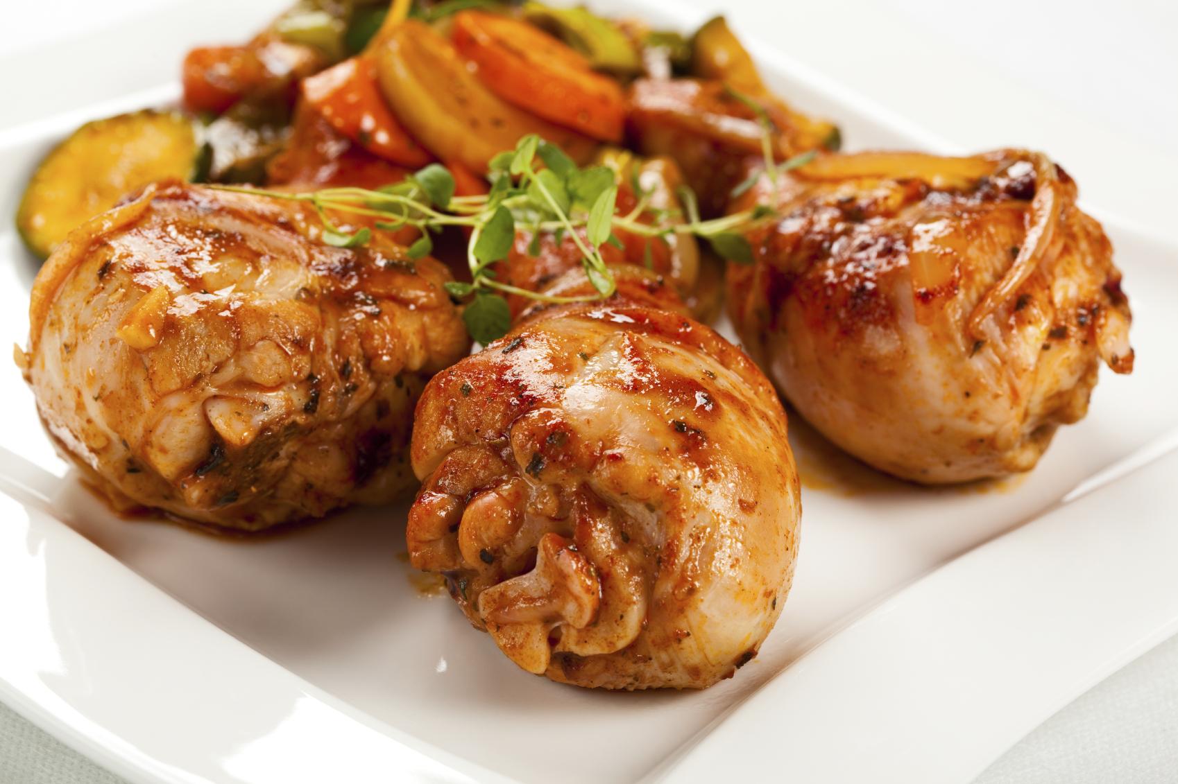 Muslos de pollo aderezados con salsa de tomate