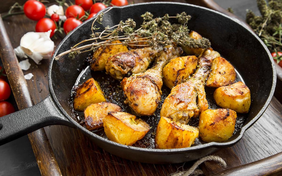Muslos de pollo asados con patatas y tomillo