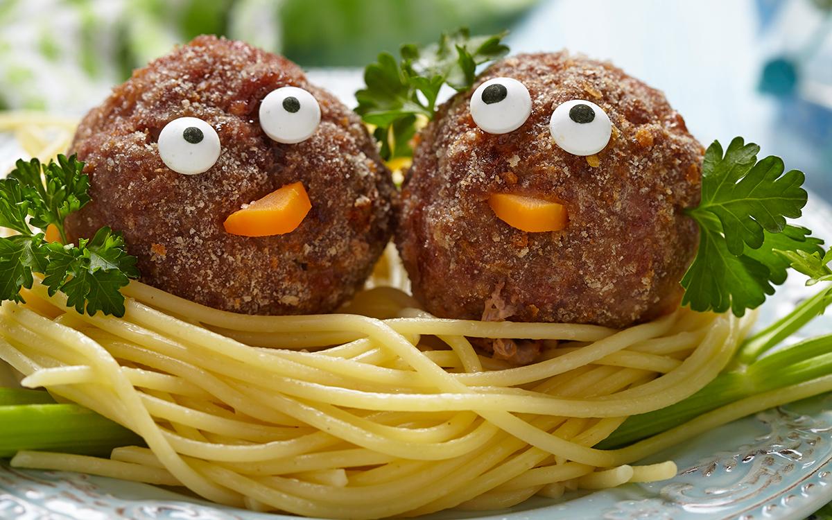 Nidos de espaguetis con albóndigas