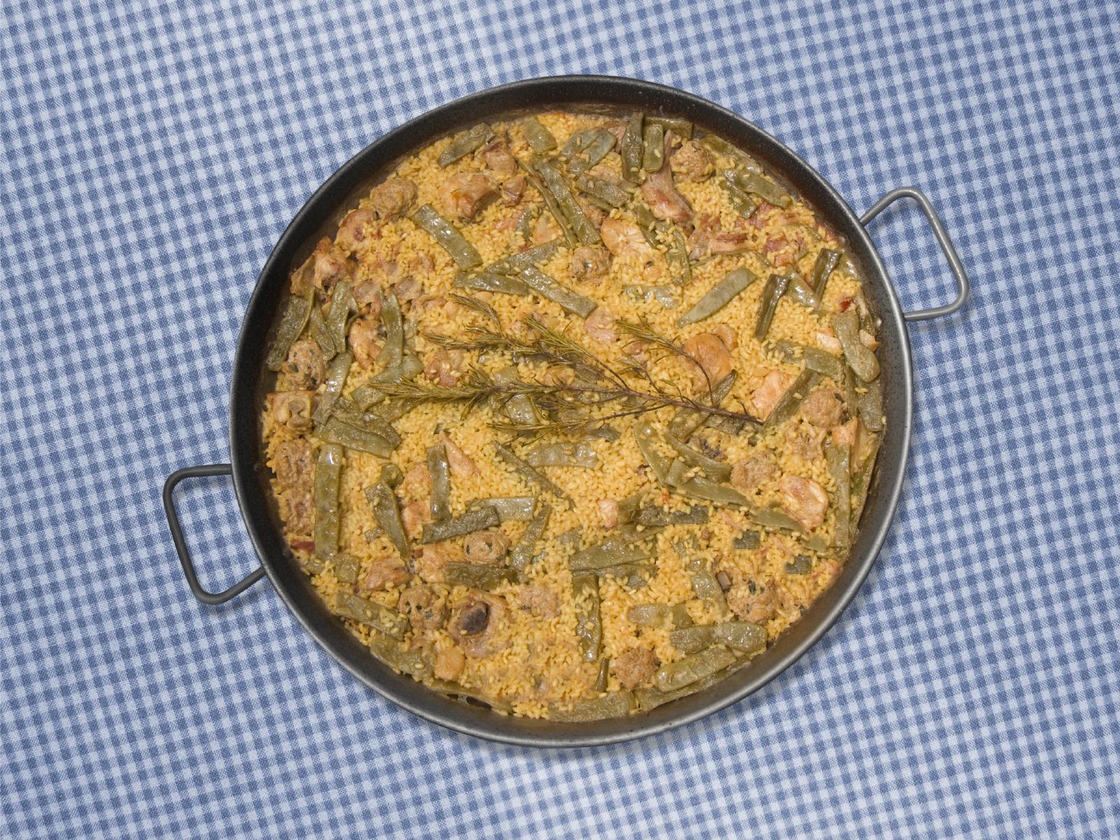 Paella de conejo y magro