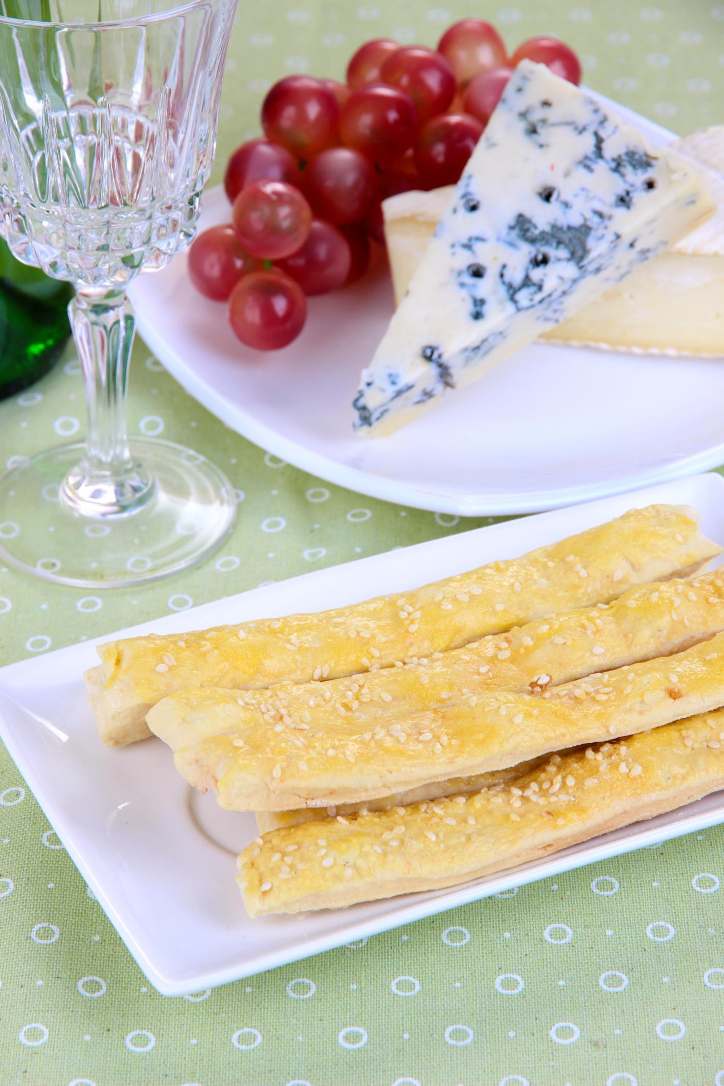Palitos de hojaldre rebozados en queso rallado y sésamo
