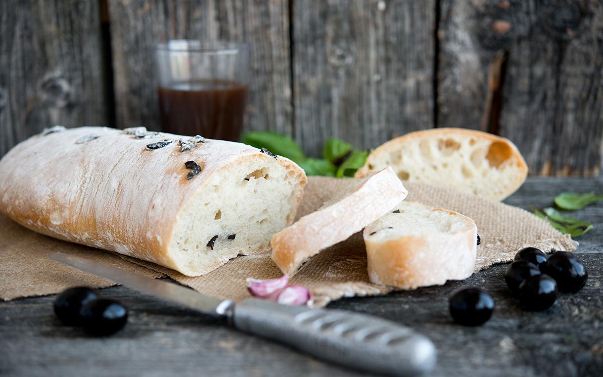 Pan de chapata con aceitunas negras