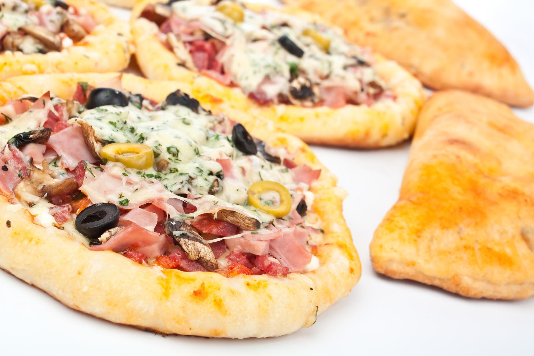 Mini pizzas de beicon y champiñones