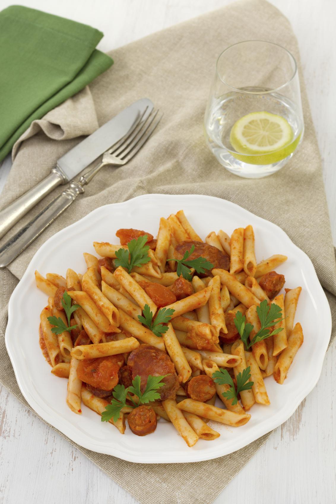 Pasta con chorizos criollos y salsa de tomate aromática