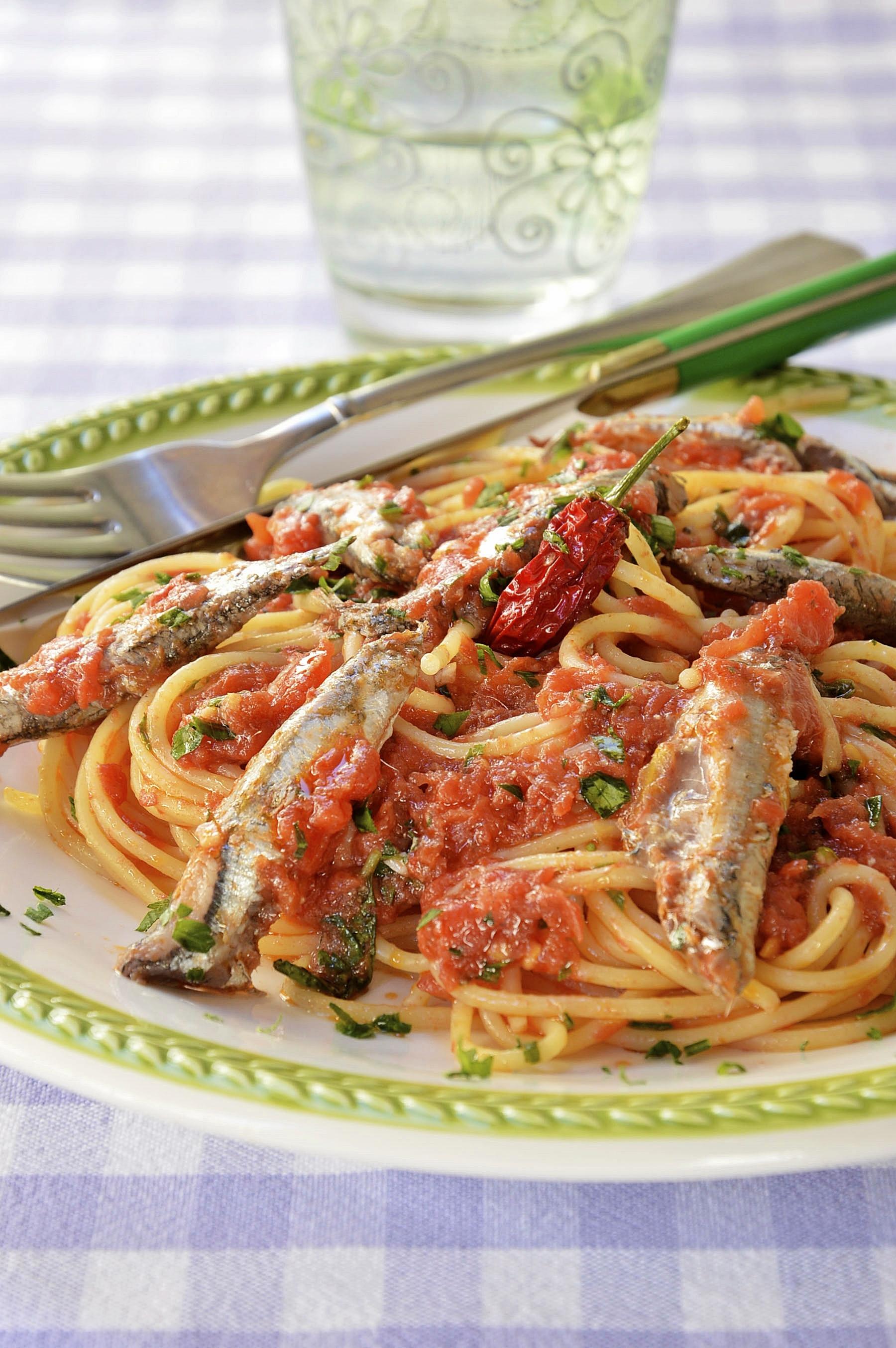 Pasta en salsa de tomate con sardinas