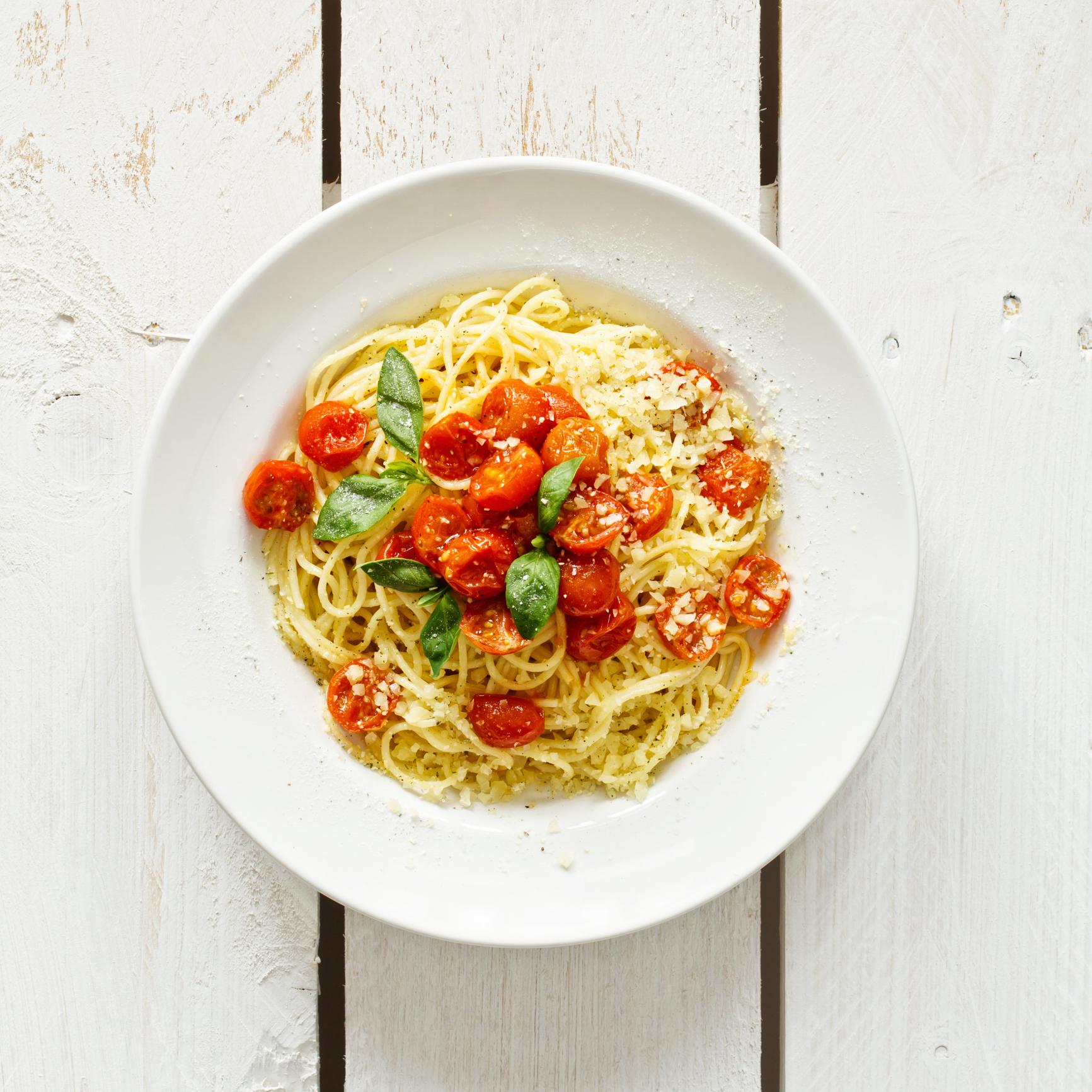 Pasta con tomates  y albahaca