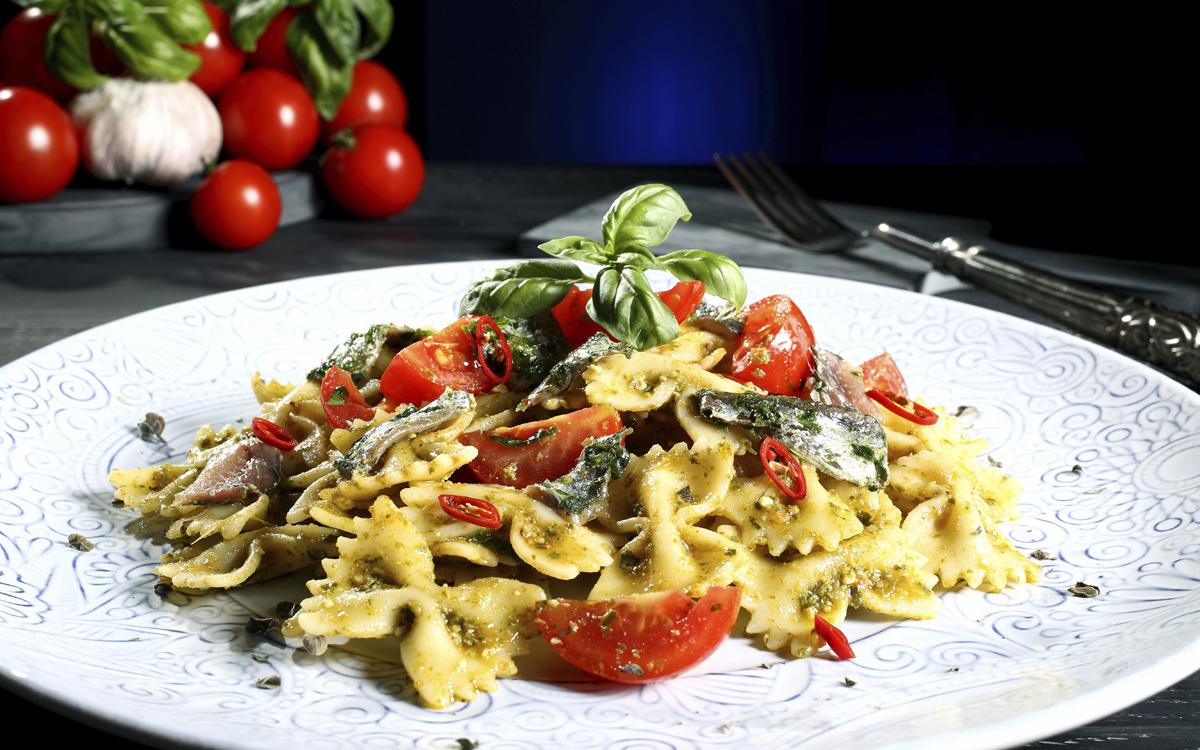 Pasta al pesto con anchoas y tomates