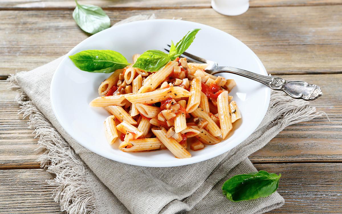 Pasta con salsa de tomate y setas