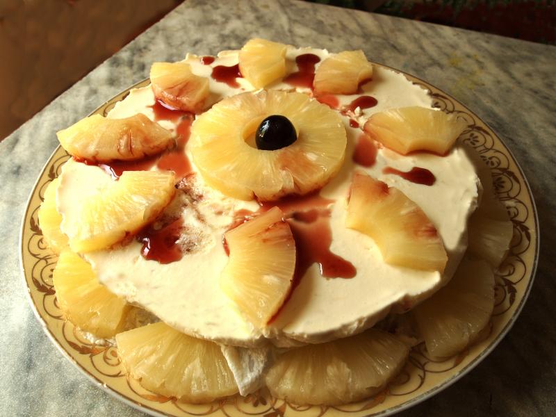 Pastel de queso, piña y nata