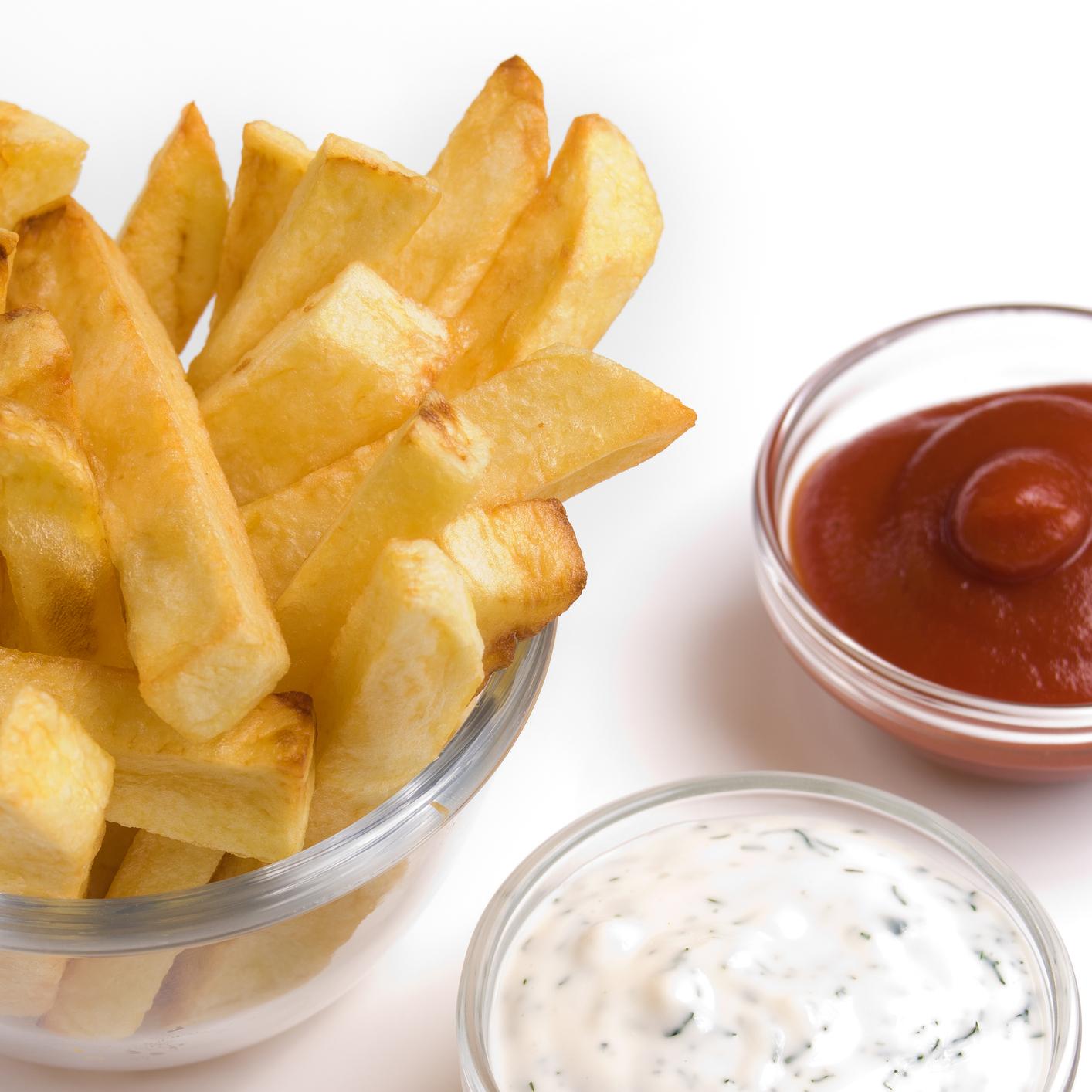 Patatas fritas con salsa tártara