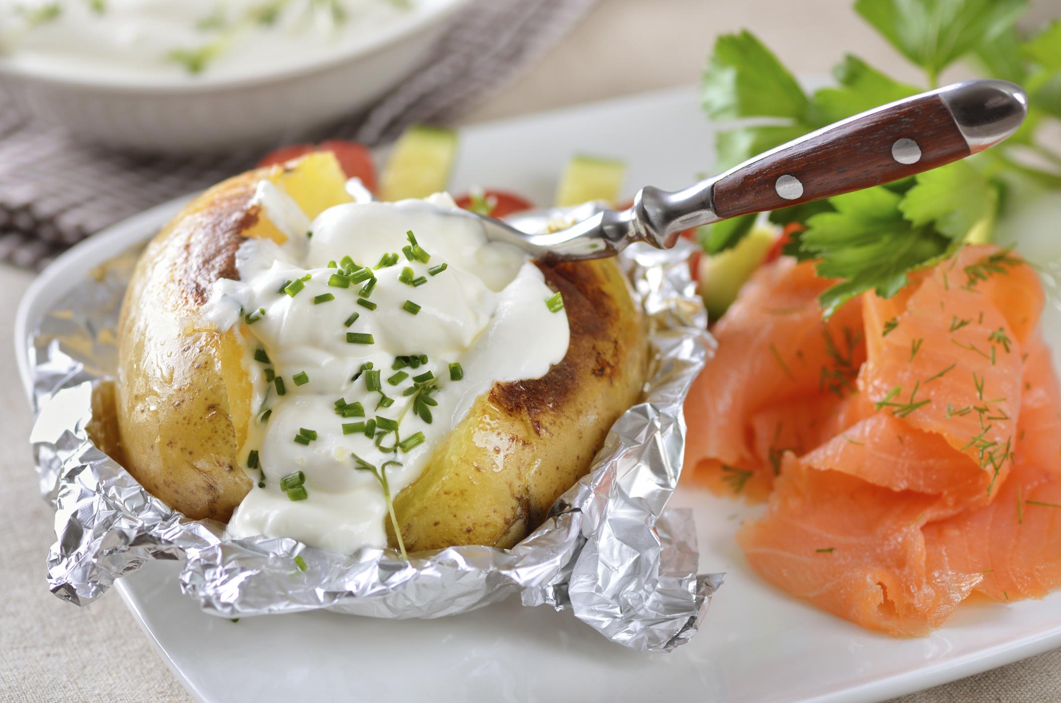 Patatas hornadas con salsa de queso