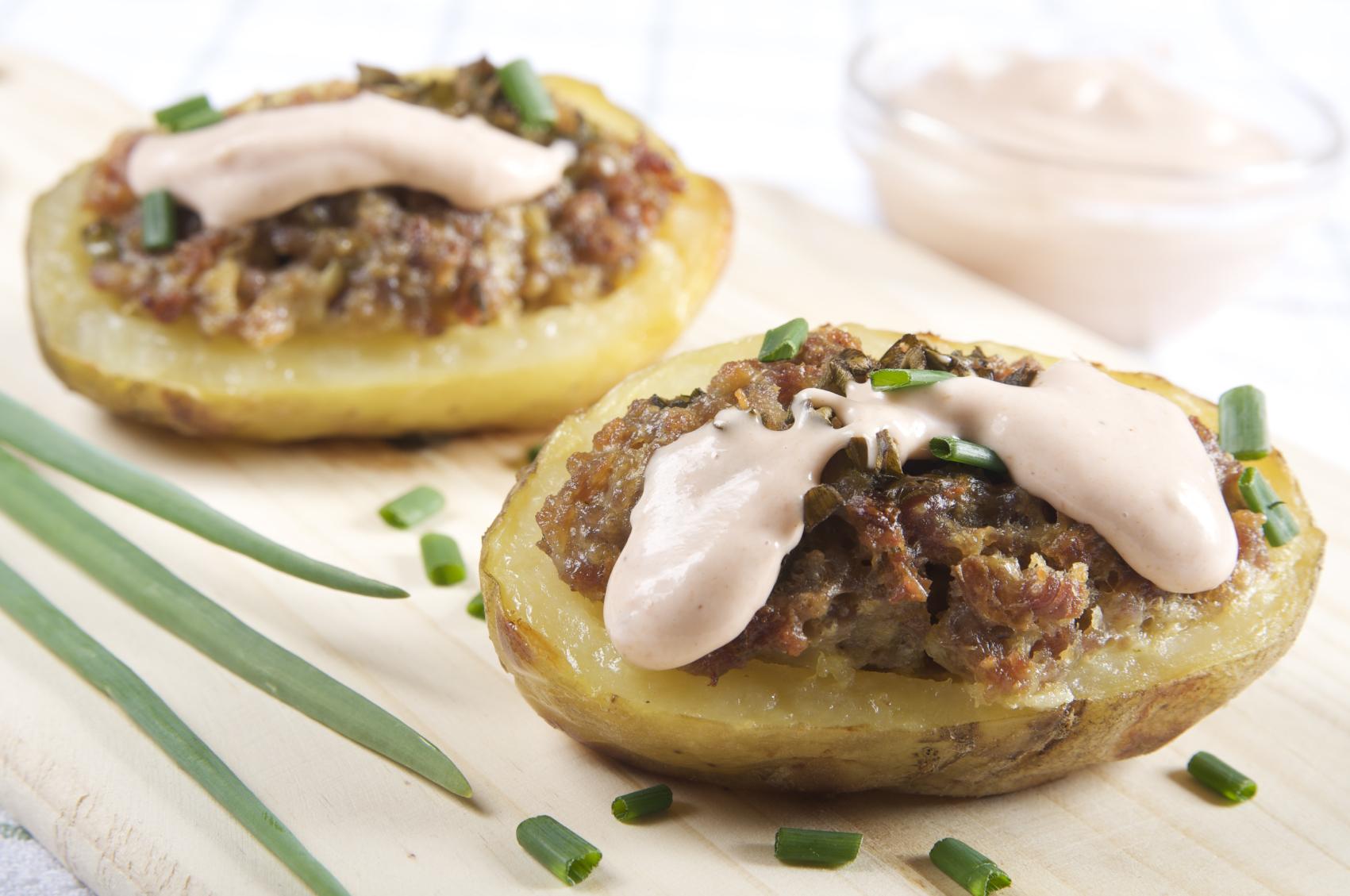 Patatas rellenas de carne con salsa