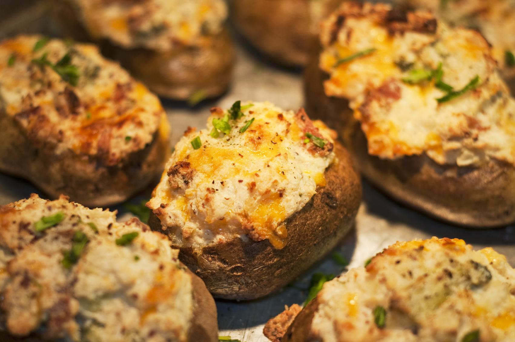 Patatas rellenas con gambas, jamón serrano y queso