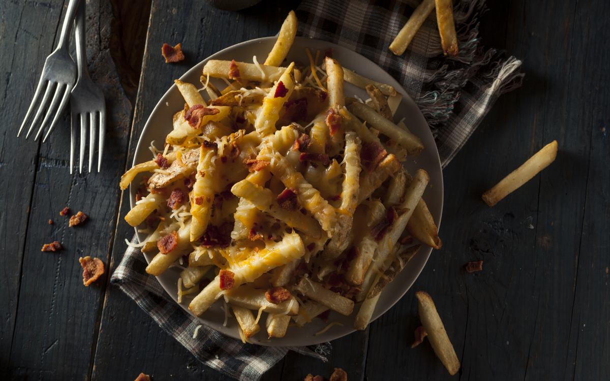 Patatas fritas con bacón y queso