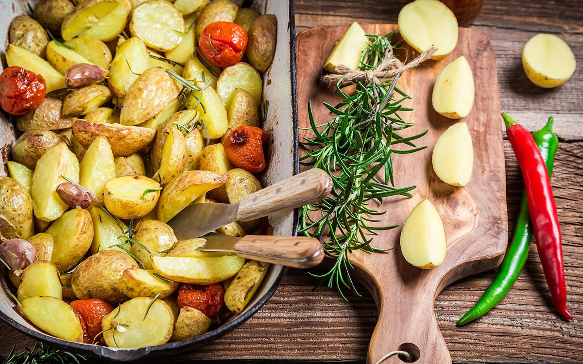 Patatas al horno con tomates, ajo y romero