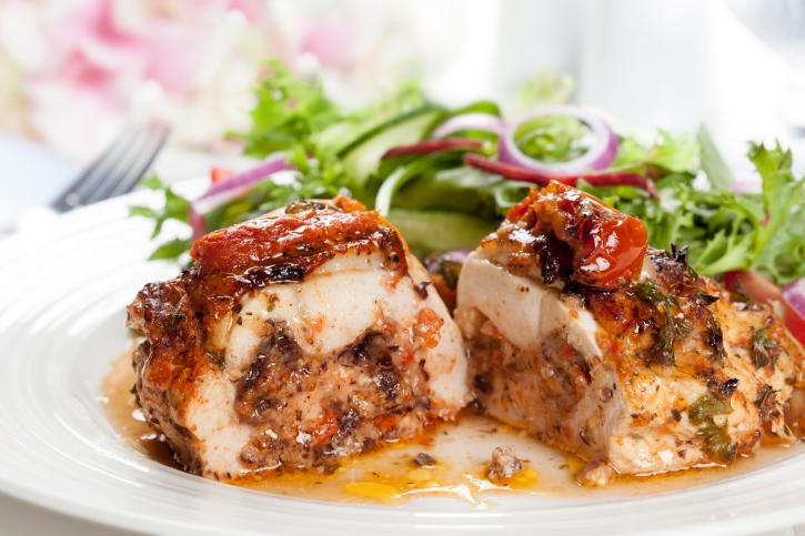 Pavita asada con relleno de carne y frutos secos