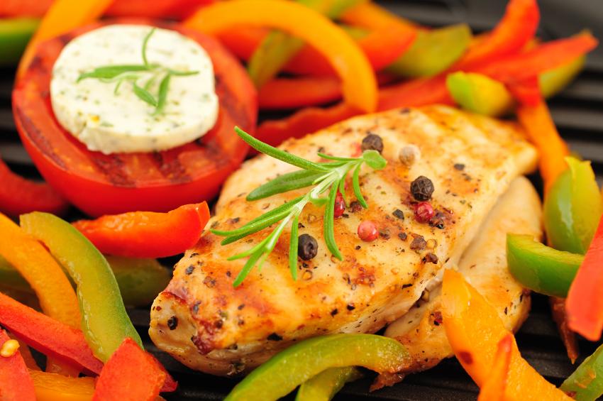 Pechuga de pollo a la parilla con pimiento verde y rojo