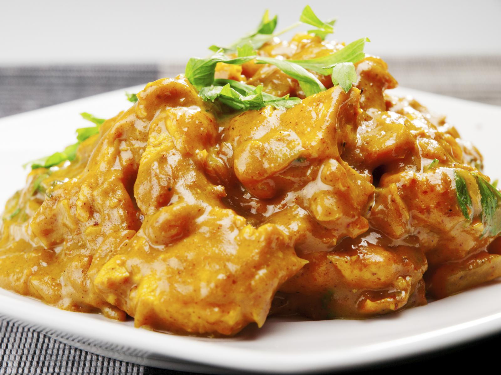 Pechuga de pollo al curry con cacahuetes