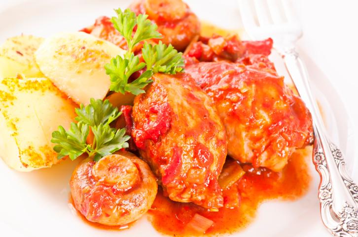 pechugas de pollo en salsa de tomate y cerveza