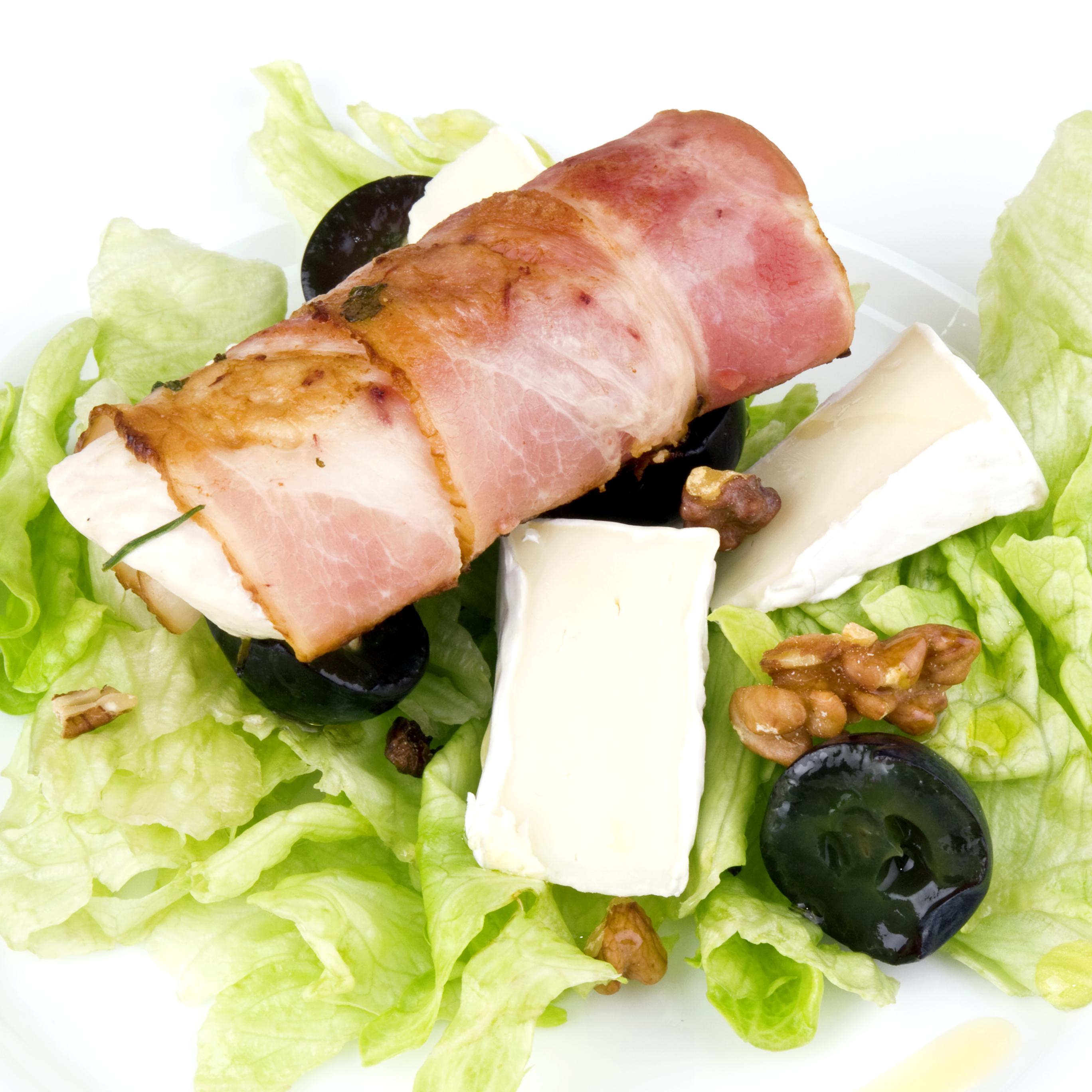 Ensalada con rollitos de beicon, pollo y queso