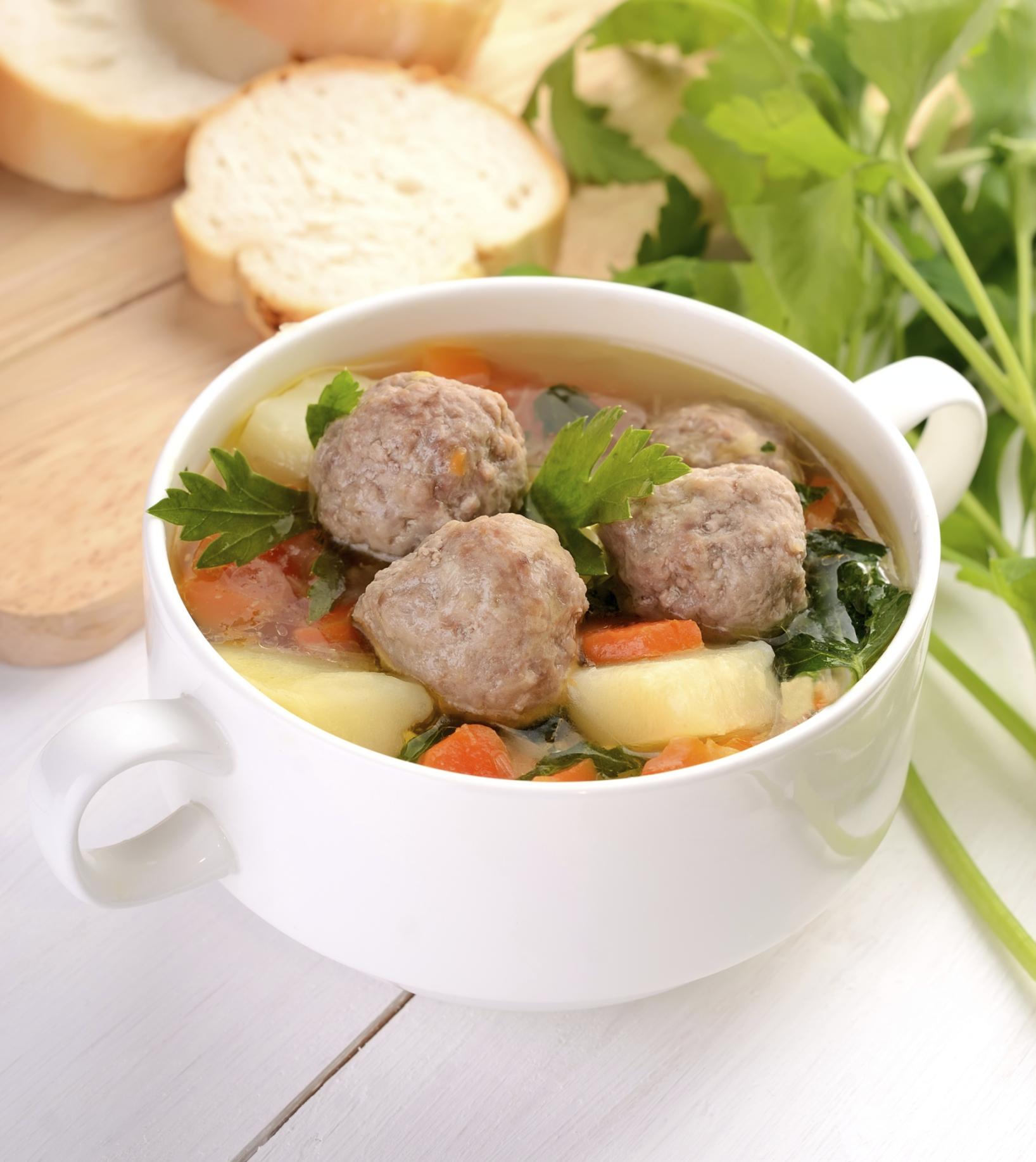 Sopa de verduras con pelotas de carne