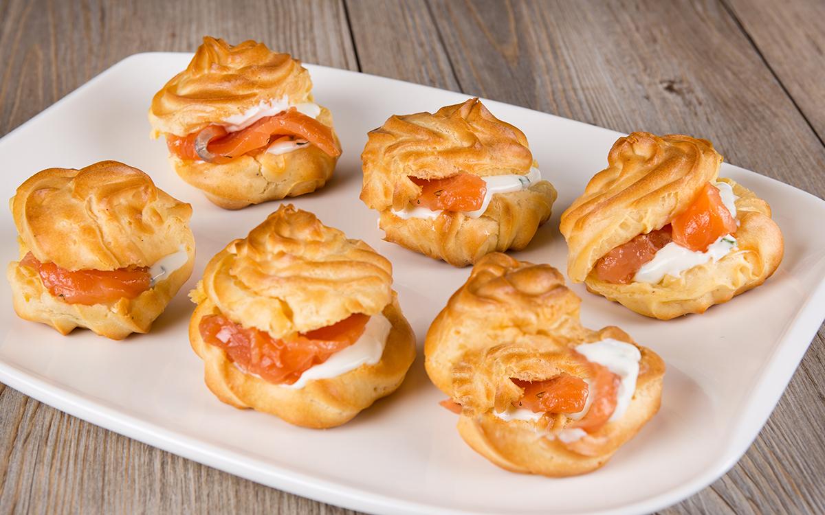 Petit Choux con salmón y queso