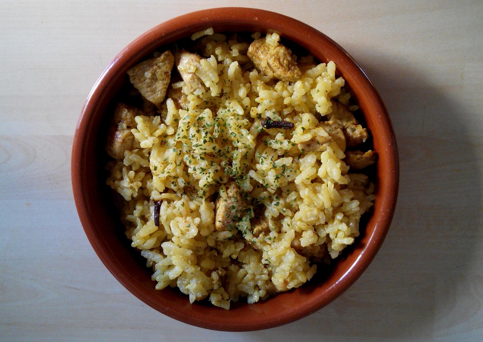 Arroz especiado con pollo y cebolla