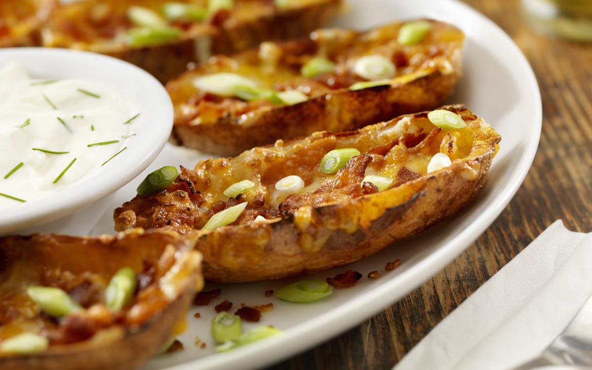 Pieles de patata crujientes con bacón y queso