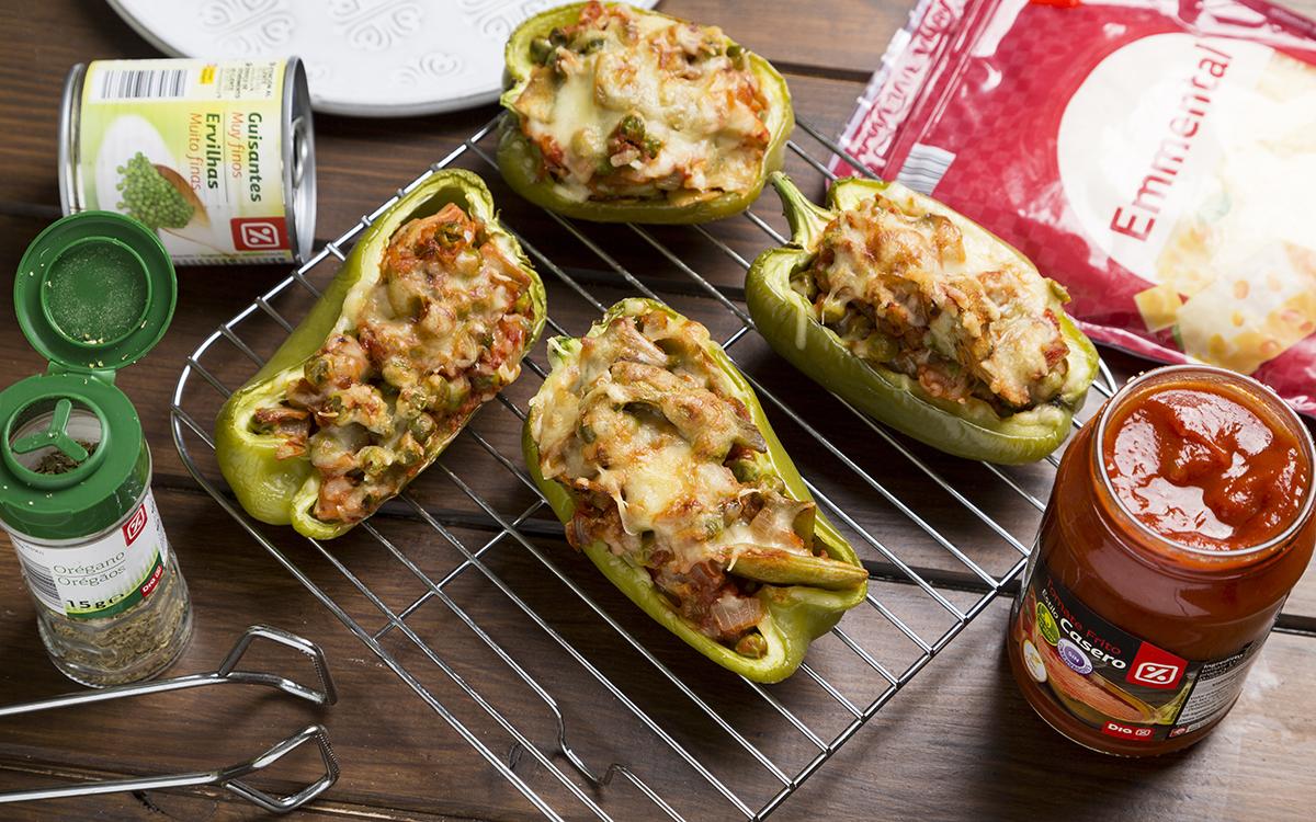 Pimientos verdes rellenos de verduras con tomate y queso