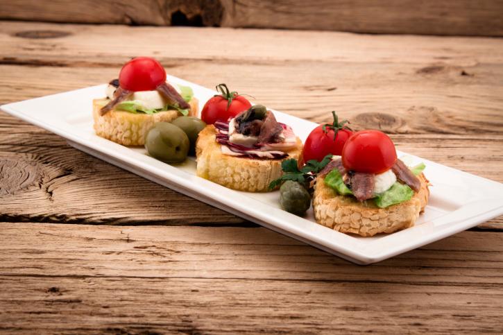 Pinchito de tomate cherry, anchoa y mozzarela