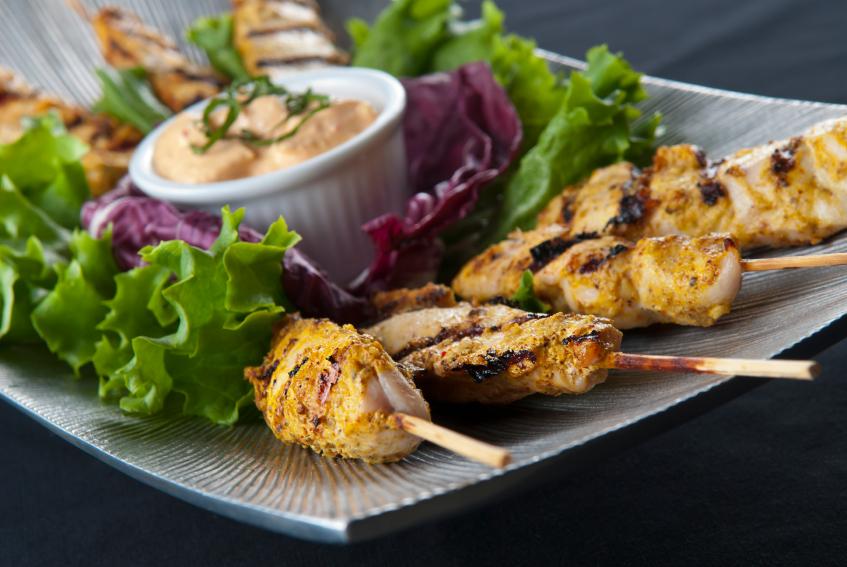 Pinchos de pollo con mayonesa de rúcula
