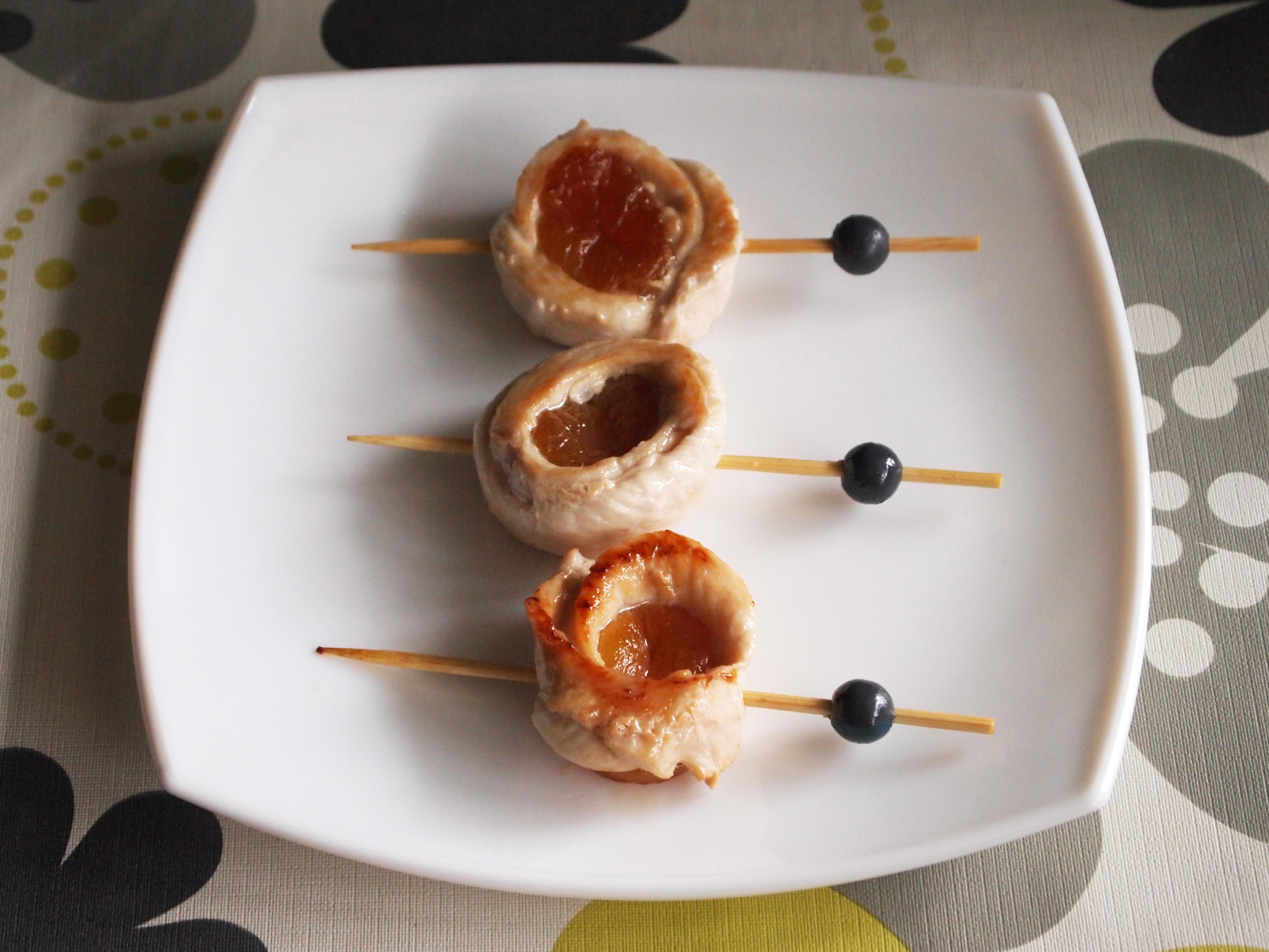 Pinchos de pollo y orejones con salsa de soja