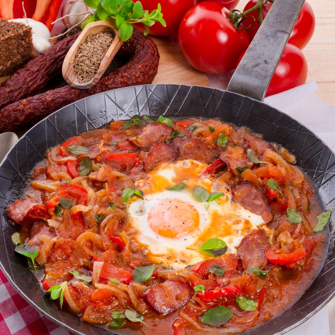 Pisto de verduras con huevos escalfados