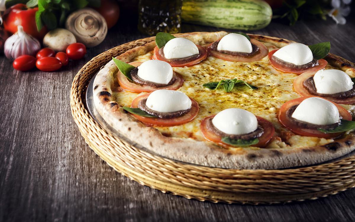 Pizza 4 quesos con tomate y tapenade