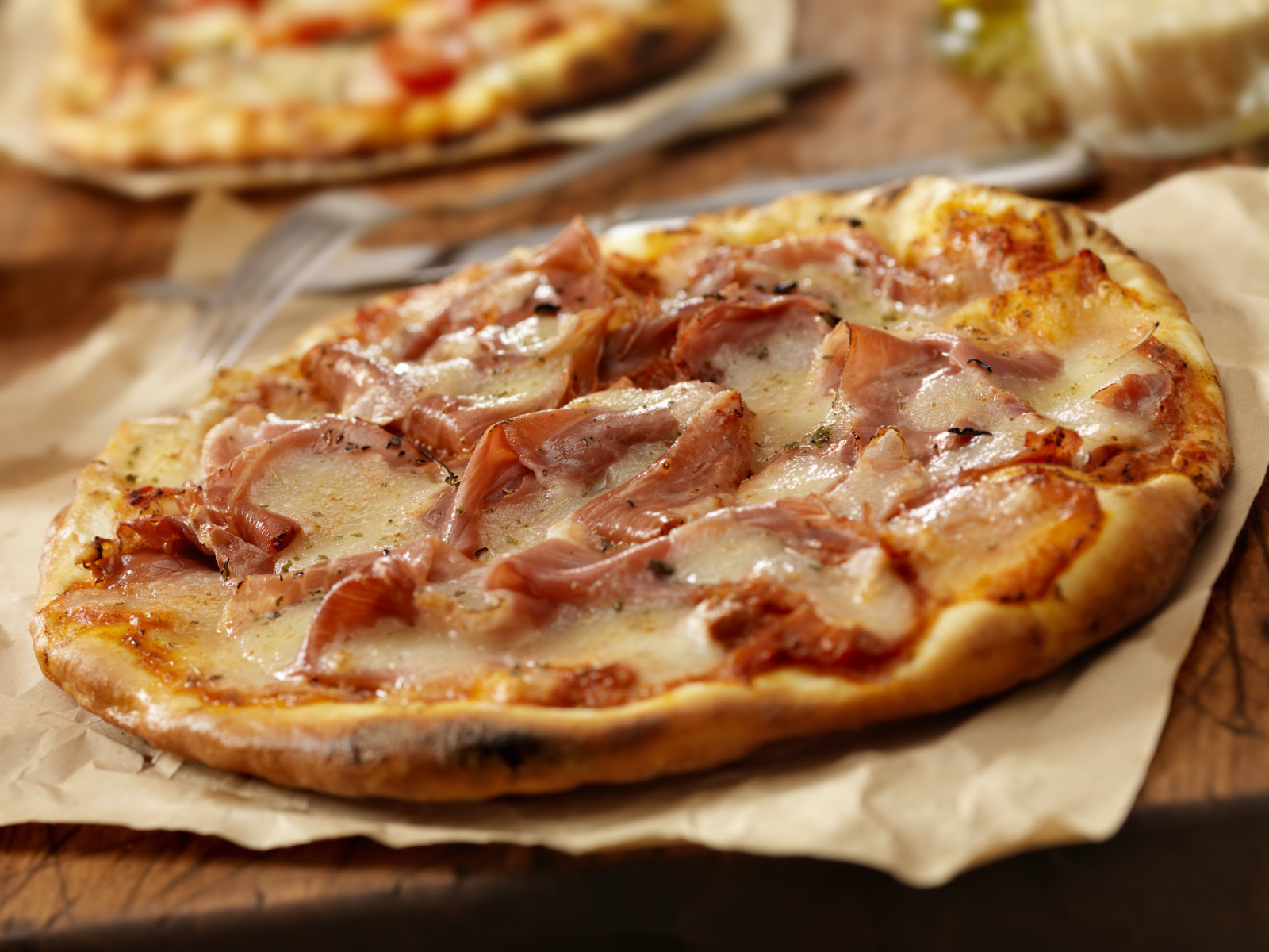 Pizza de carne con jamón y queso