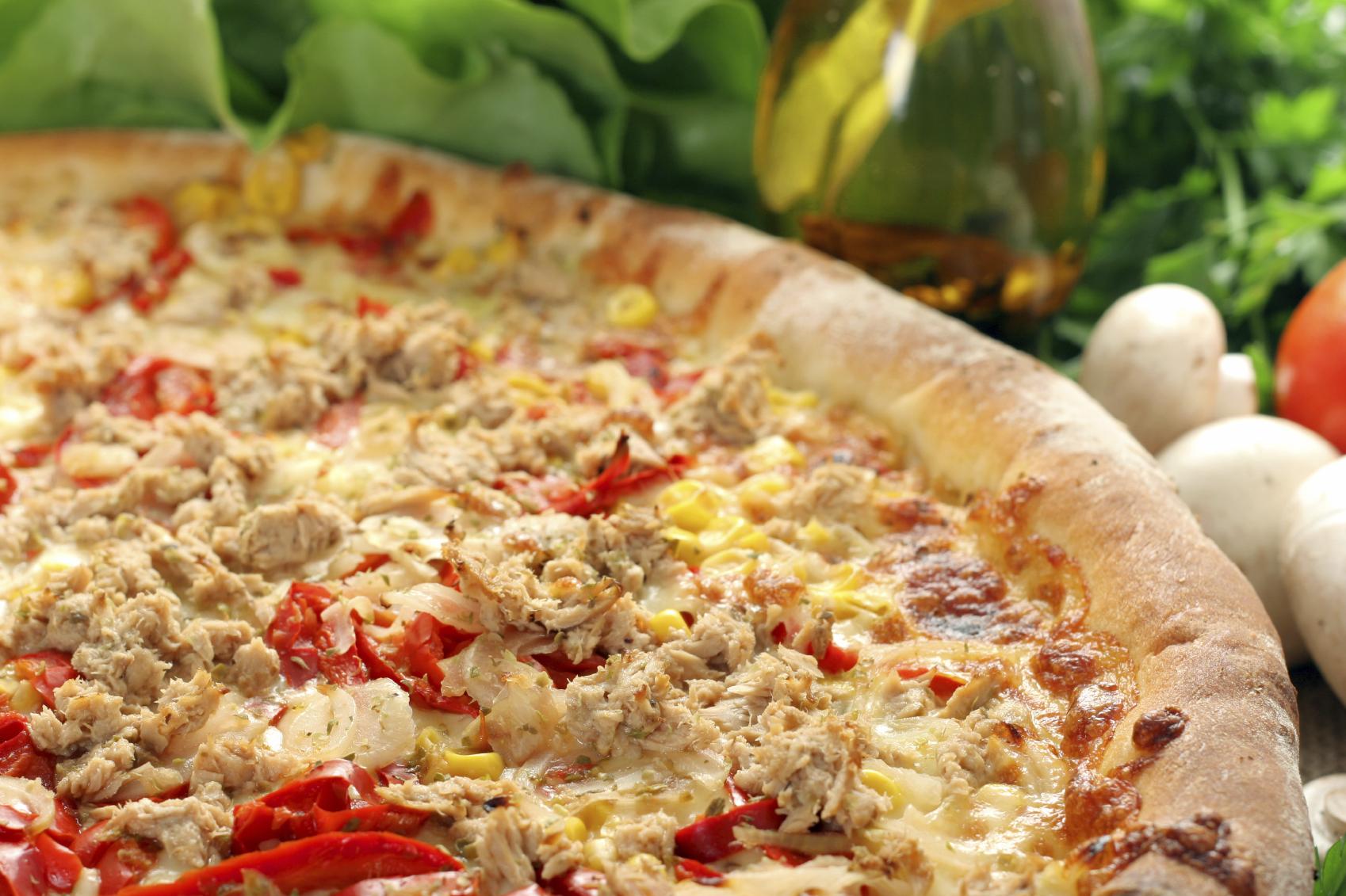 Pizza casera con atún y pimiento, bacon y cebolla