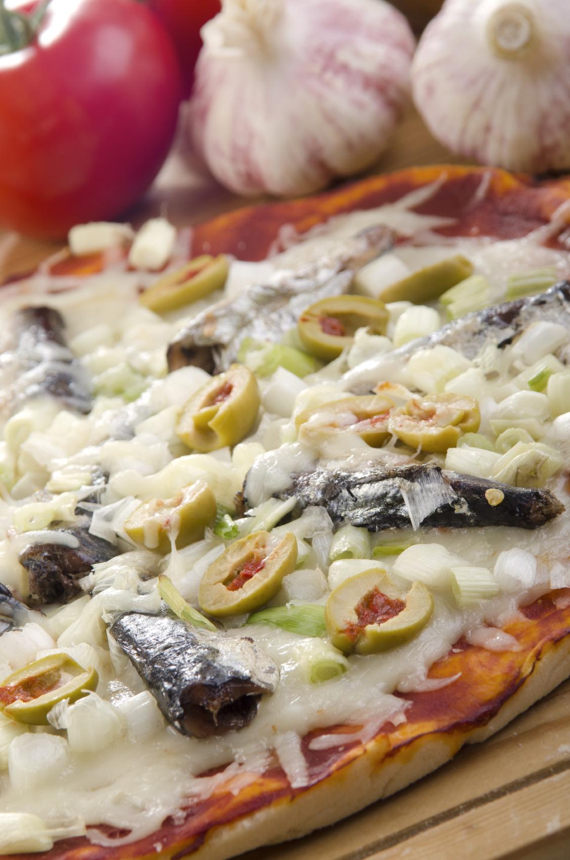 Pizza casera con sardinas y cebolla caramelizada