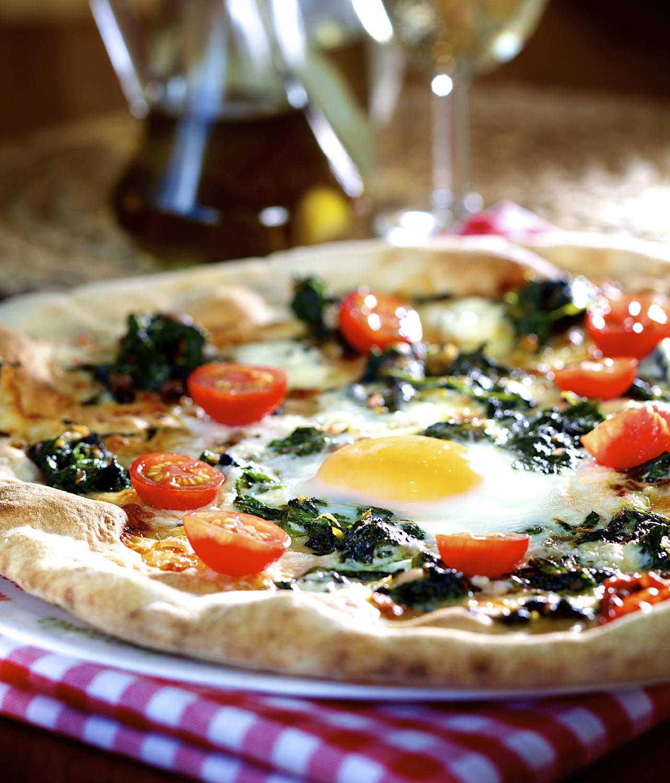 Pizza con espinacas y huevos