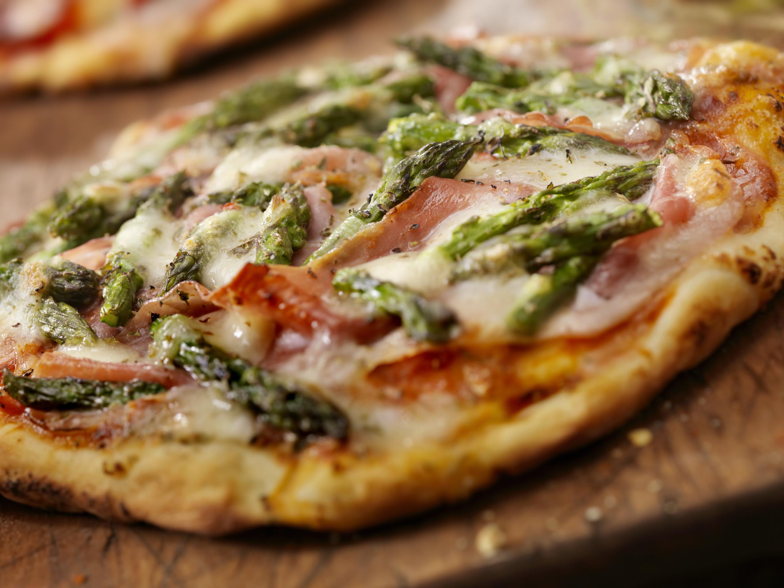 Pizza de mozzarella, jamón y espárragos trigueros