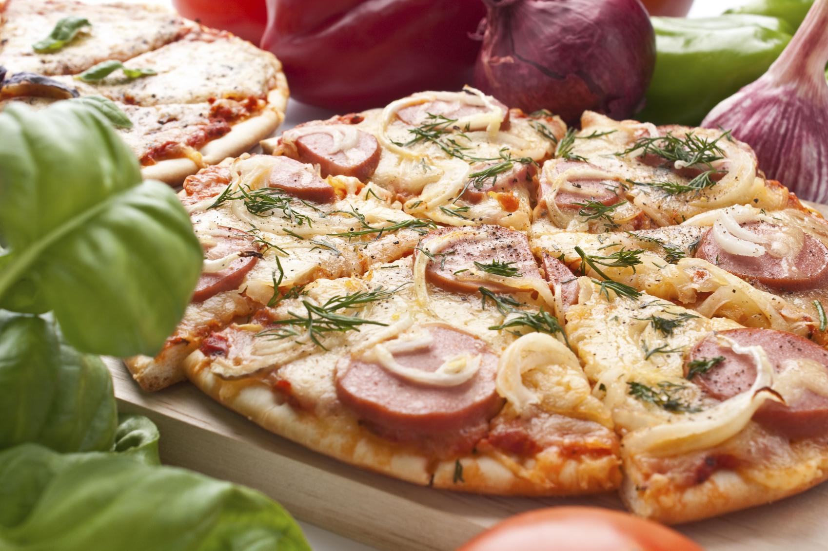Pizza con salchichas de viena