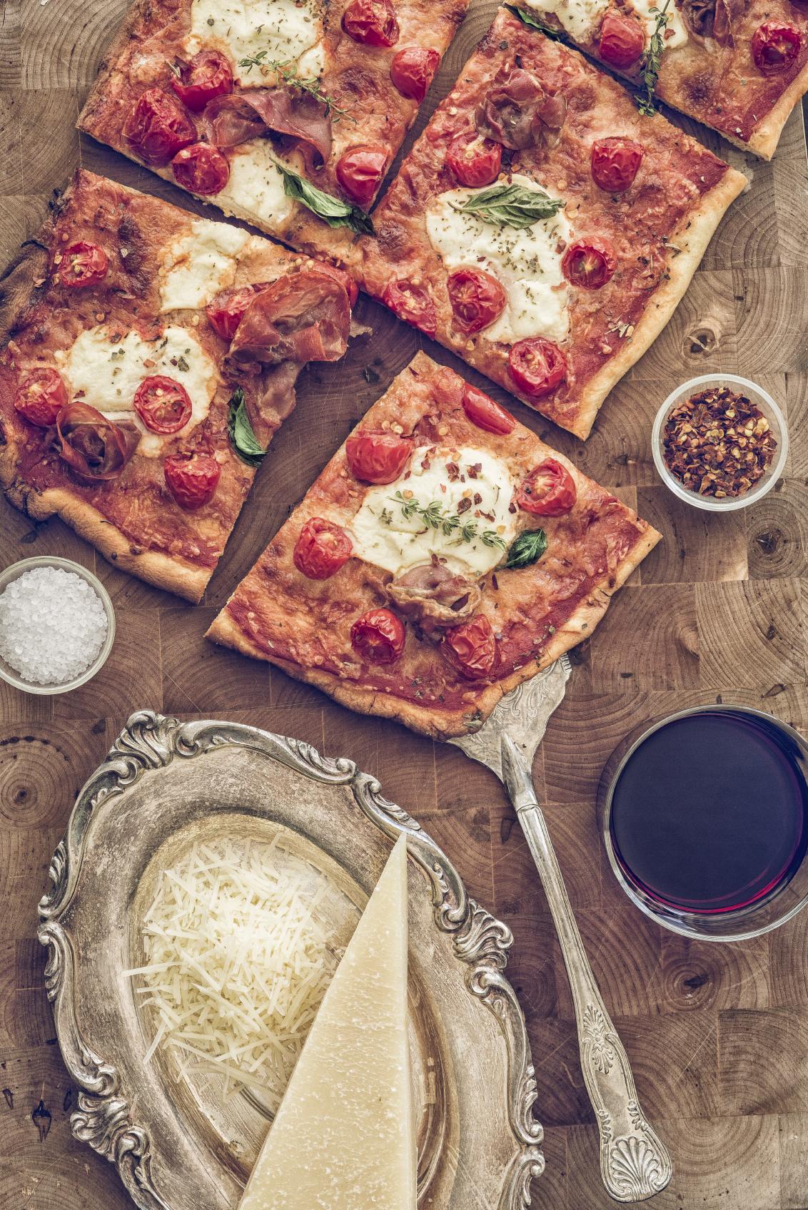 Pizza con serrano y tomates al orégano