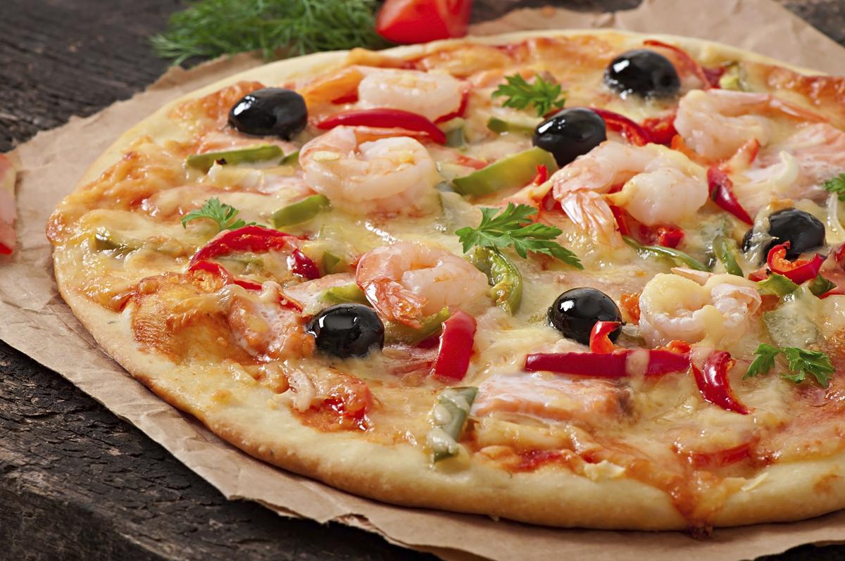 Pizza de gambas, salmón ahumado y aceitunas negras