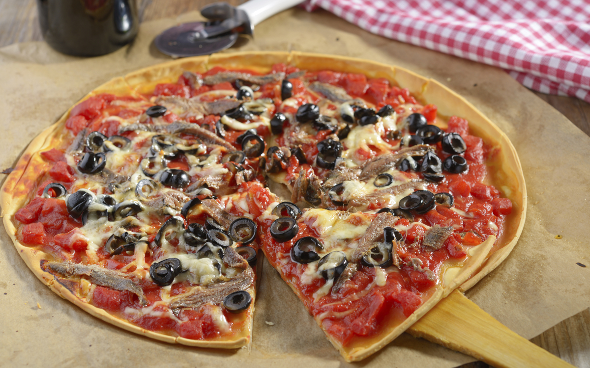 Pizza de anchoas y olivas