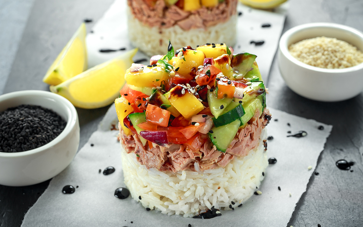 Poke de atún con mango y pepino