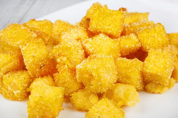 Polenta frita en cubitos