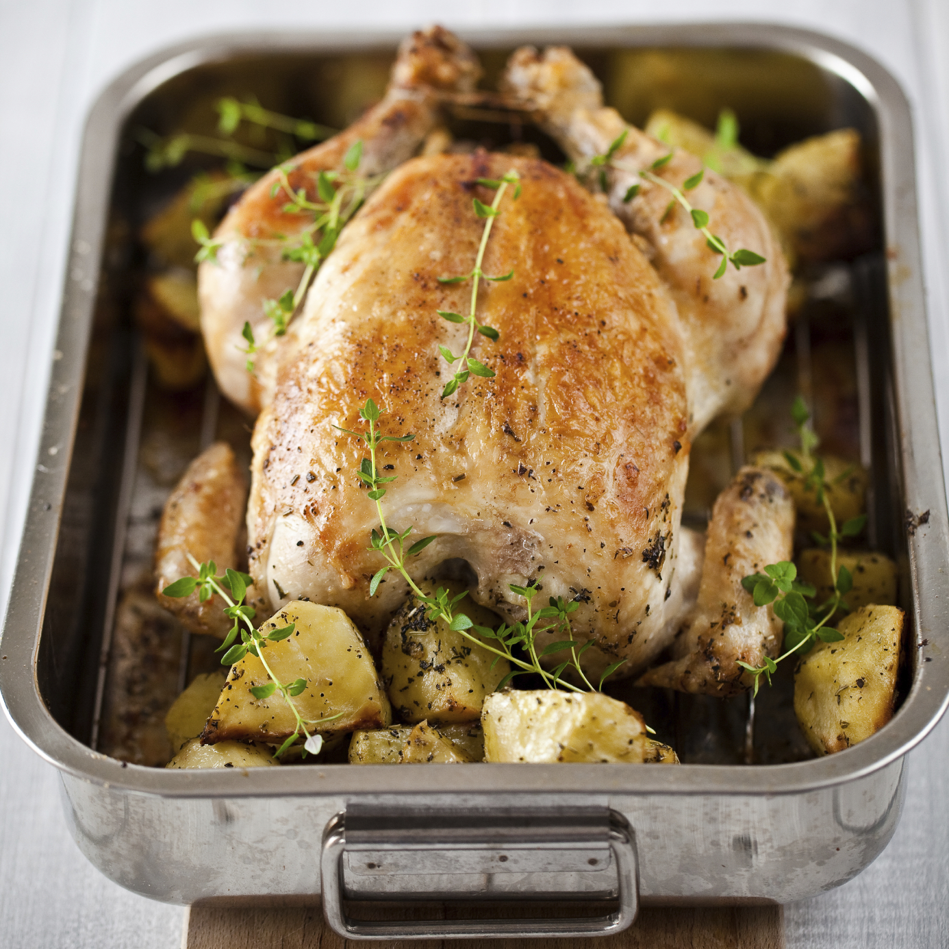 Pollo al horno acompañado de patatas fritas