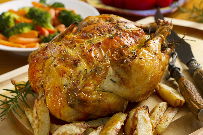 Pollo asado con patatas al limón y romero