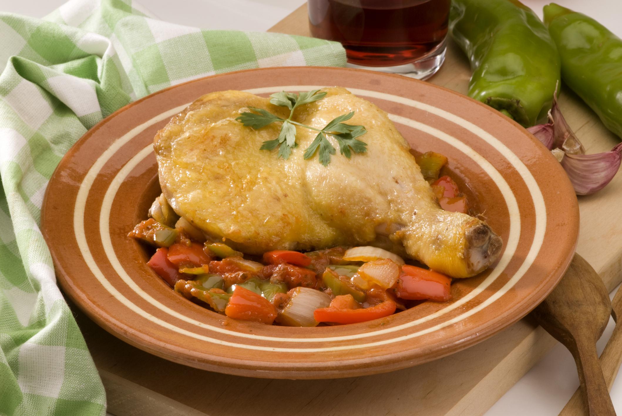 Pollo al chilindrón con jamón